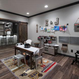 Imagen de dormitorio infantil de 4 a 10 años, rústico, con paredes grises y suelo de madera oscura