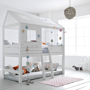 Modelo de dormitorio infantil de 4 a 10 años, contemporáneo, con paredes grises y suelo de madera pintada