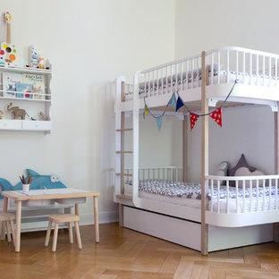 Mittelgroßes, Neutrales Nordisches Kinderzimmer mit Schlafplatz, weißer Wandfarbe, braunem Holzboden und beigem Boden in Hamburg
