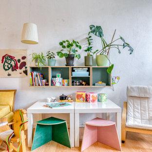Mittelgroßes, Neutrales Nordisches Kinderzimmer mit Spielecke, weißer Wandfarbe, hellem Holzboden und beigem Boden in Berlin