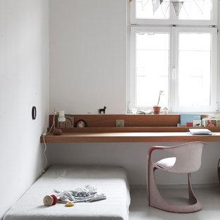 Kleines Skandinavisches Kinderzimmer mit Spielecke, weißer Wandfarbe, braunem Holzboden und grauem Boden in Leipzig