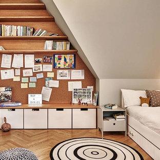 Mittelgroßes, Neutrales Nordisches Kinderzimmer mit Schlafplatz, weißer Wandfarbe, braunem Holzboden und braunem Boden in Berlin