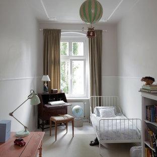 Cette photo montre une petite chambre d'enfant de 4 à 10 ans romantique avec un mur blanc et un sol en bois peint.