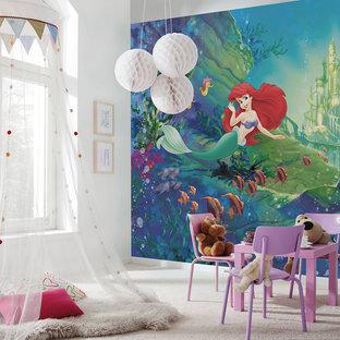 Kleines Modernes Kinderzimmer mit Spielecke, weißer Wandfarbe, Teppichboden und beigem Boden in München