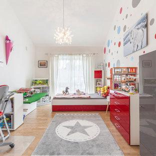 Großes Modernes Kinderzimmer mit Schlafplatz, weißer Wandfarbe, hellem Holzboden und beigem Boden in Sonstige