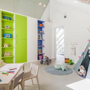 Neutrales, Mittelgroßes Modernes Kinderzimmer mit Spielecke, weißer Wandfarbe, beigem Boden und Betonboden in Sonstige