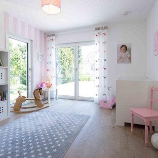 Mittelgroßes Modernes Kinderzimmer mit weißer Wandfarbe, hellem Holzboden, braunem Boden und Schlafplatz in Sonstige