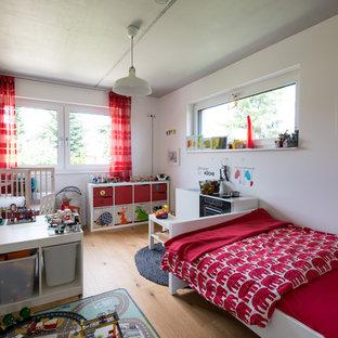 Großes, Neutrales Modernes Kinderzimmer mit Spielecke, weißer Wandfarbe, hellem Holzboden und braunem Boden in Berlin