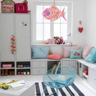 На фото: нейтральная детская с игровой среднего размера в современном стиле с белыми стенами и деревянным полом для ребенка от 1 до 3 лет с