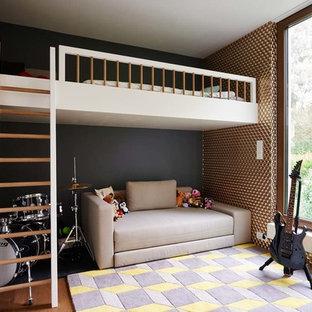 Inspiration för ett litet funkis tonårsrum, med svarta väggar, mellanmörkt trägolv och brunt golv