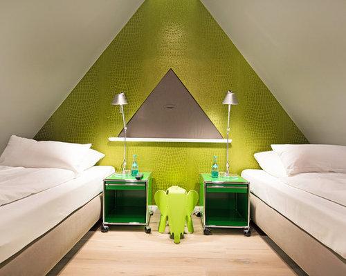 Neutrales, Kleines Modernes Jugendzimmer Mit Schlafplatz, Grüner Wandfarbe  Und Hellem Holzboden In Sonstige