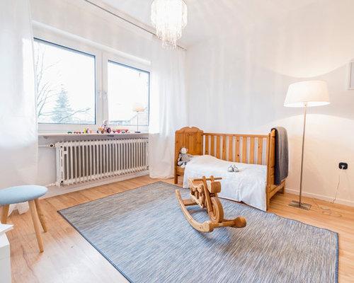 Wunderbar Mittelgroßes Nordisches Kinderzimmer Mit Schlafplatz, Weißer Wandfarbe,  Hellem Holzboden Und Beigem Boden In Sonstige