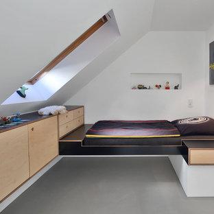 Idéer för att renovera ett litet funkis pojkrum kombinerat med sovrum och för 4-10-åringar, med vita väggar, betonggolv och grått golv