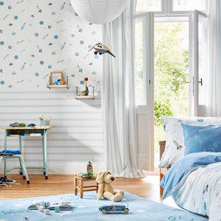 Mittelgroßes Modernes Kinderzimmer mit Schlafplatz, braunem Holzboden und braunem Boden in Köln