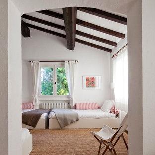 Пример оригинального дизайна: большая нейтральная детская в средиземноморском стиле с спальным местом, белыми стенами и полом из терракотовой плитки для подростка