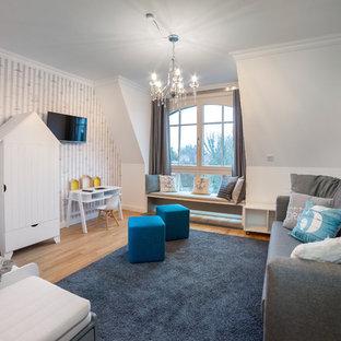 Großes Modernes Kinderzimmer mit Schlafplatz, weißer Wandfarbe, braunem Holzboden und beigem Boden in Sonstige
