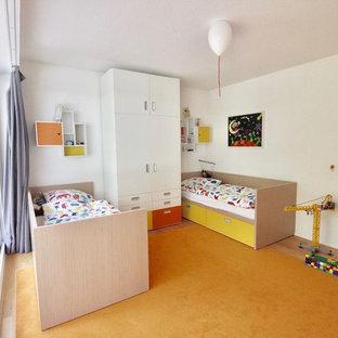 Inredning av ett modernt stort könsneutralt barnrum kombinerat med sovrum och för 4-10-åringar, med vita väggar, linoleumgolv och gult golv