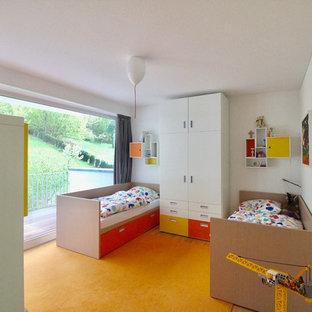 Foto di una grande cameretta per bambini da 4 a 10 anni contemporanea con pareti bianche, pavimento in linoleum e pavimento giallo