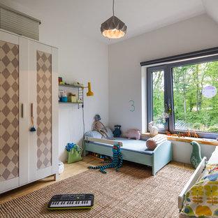 Neutrales, Mittelgroßes Skandinavisches Kinderzimmer mit Schlafplatz, weißer Wandfarbe, hellem Holzboden und beigem Boden in Hamburg