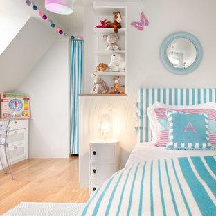 Kleines Klassisches Kinderzimmer mit Schlafplatz, hellem Holzboden, blauer Wandfarbe und beigem Boden in München