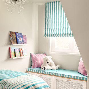 Kleines Modernes Mädchenzimmer mit Schlafplatz, blauer Wandfarbe, hellem Holzboden und beigem Boden in München