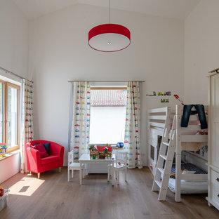 Klassisches Kinderzimmer mit Schlafplatz, weißer Wandfarbe, braunem Holzboden und braunem Boden in München