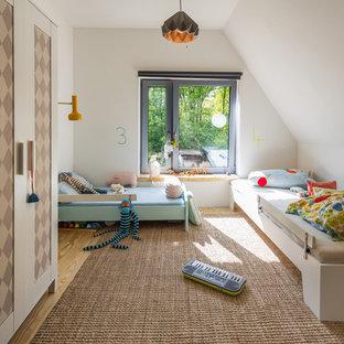 Mittelgroßes, Neutrales Modernes Kinderzimmer mit Schlafplatz, weißer Wandfarbe und hellem Holzboden in Hamburg