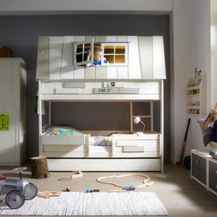 Neutrales, Großes Modernes Kinderzimmer mit grauer Wandfarbe, hellem Holzboden und Schlafplatz in Berlin