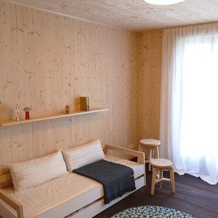 38b6f66b4b6d Imagen de dormitorio infantil nórdico, pequeño, con paredes marrones, suelo  de madera en