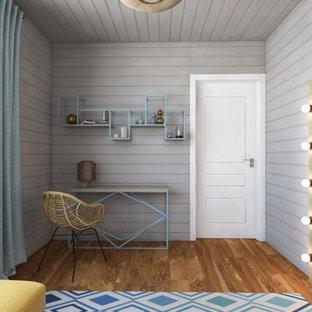 Inspiration för stora skandinaviska barnrum kombinerat med sovrum, med grå väggar, mellanmörkt trägolv och brunt golv