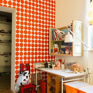 Neutrales, Mittelgroßes Stilmix Kinderzimmer mit Arbeitsecke, braunem Holzboden und bunten Wänden in Berlin