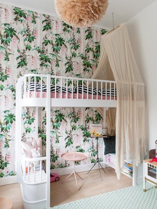 Modernes Kinderzimmer Mit Bunten Wänden, Hellem Holzboden, Schlafplatz Und  Braunem Boden In Berlin