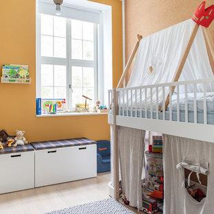 Idées déco pour une petite chambre d'enfant de 4 à 10 ans contemporaine avec un mur orange, un sol en bois clair et un sol beige.