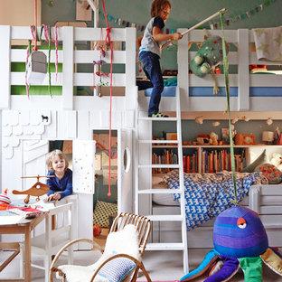 Modelo de dormitorio infantil de 4 a 10 años, nórdico, grande, con suelo de madera clara y paredes multicolor