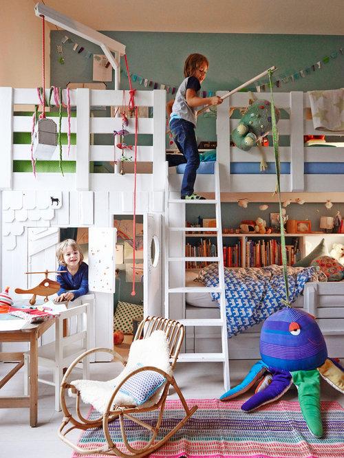 Neutrales, Großes Skandinavisches Kinderzimmer Mit Schlafplatz, Hellem  Holzboden Und Bunten Wänden In Hamburg