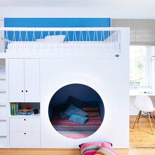 Mittelgroßes, Neutrales Modernes Kinderzimmer mit blauer Wandfarbe, braunem Holzboden und braunem Boden in Hamburg