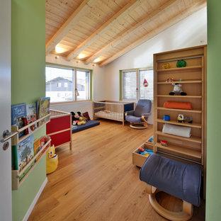 Esempio di una cameretta per bambini da 4 a 10 anni di medie dimensioni con pareti bianche, parquet chiaro e soffitto in legno
