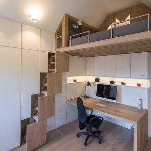 Neutrales, Kleines Modernes Jugendzimmer mit weißer Wandfarbe, braunem Holzboden und braunem Boden in Bremen
