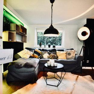 Inspiration pour une chambre d'enfant urbaine avec un mur noir et un sol en vinyl.