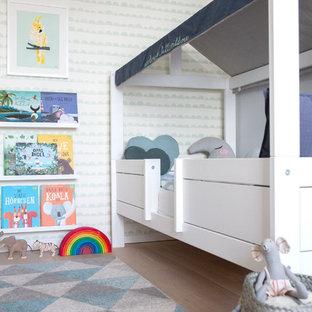 Mittelgroßes Modernes Kinderzimmer mit braunem Holzboden, Schlafplatz, grauer Wandfarbe und beigem Boden in Hamburg