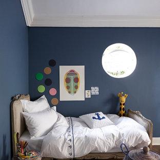 Exempel på ett mellanstort lantligt könsneutralt tonårsrum kombinerat med sovrum, med blå väggar och mörkt trägolv