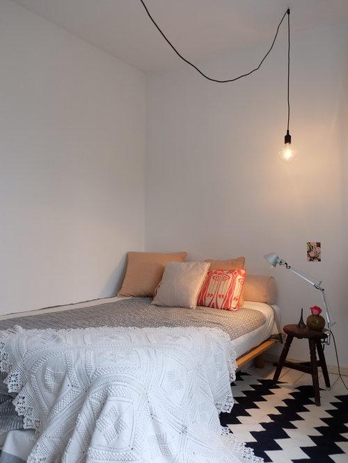 Neutrales Nordisches Jugendzimmer Mit Schlafplatz, Weißer Wandfarbe Und  Teppichboden In Berlin