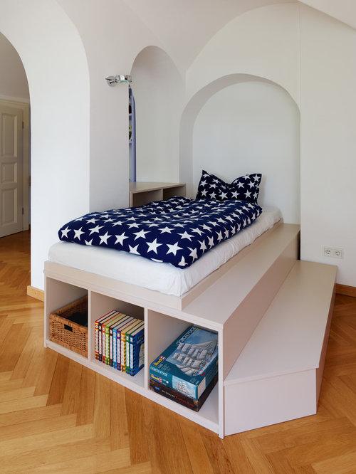 Mittelgroßes Modernes Jugendzimmer Mit Schlafplatz, Weißer Wandfarbe,  Braunem Holzboden Und Braunem Boden In Dresden