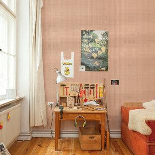 Ejemplo de dormitorio infantil de 4 a 10 años, tradicional, grande, con paredes multicolor y suelo de madera oscura