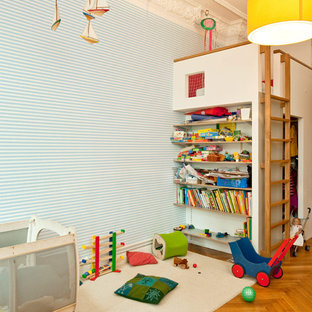 Mittelgroßes, Neutrales Klassisches Kinderzimmer Mit Spielecke, Blauer  Wandfarbe Und Braunem Holzboden In Berlin