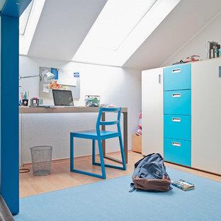 Mittelgroßes Modernes Jugendzimmer mit Spielecke, weißer Wandfarbe, Teppichboden und blauem Boden in Düsseldorf