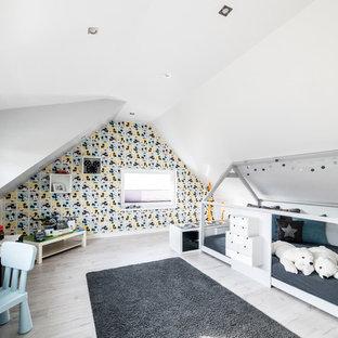 Exemple d'une chambre d'enfant de 4 à 10 ans tendance de taille moyenne avec un mur gris, sol en stratifié et un sol gris.