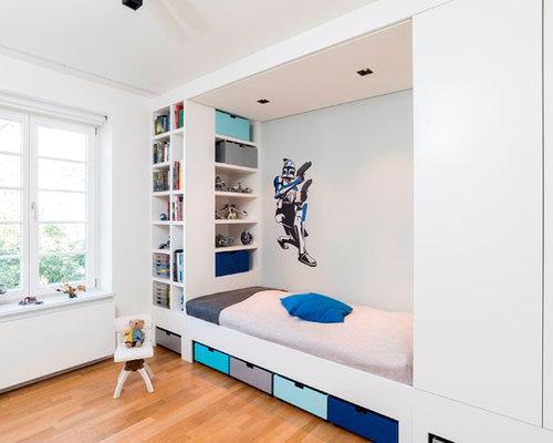 Mittelgroßes Modernes Kinderzimmer Mit Schlafplatz, Braunem Holzboden Und  Weißer Wandfarbe In Hamburg