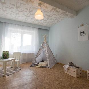 Foto di una cameretta per bambini da 4 a 10 anni minimal di medie dimensioni con pareti blu, pavimento marrone e pavimento in linoleum