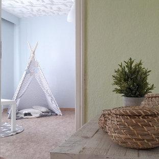 Cette image montre une chambre d'enfant de 4 à 10 ans design de taille moyenne avec un mur blanc, un sol en linoléum et un sol marron.